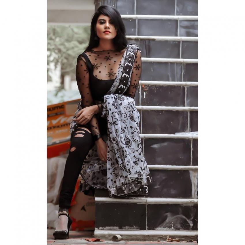 சேலையில வீடு கட்டவா... நடிகை நிவிஷாவின் ஹாட் போட்டோஸ்!