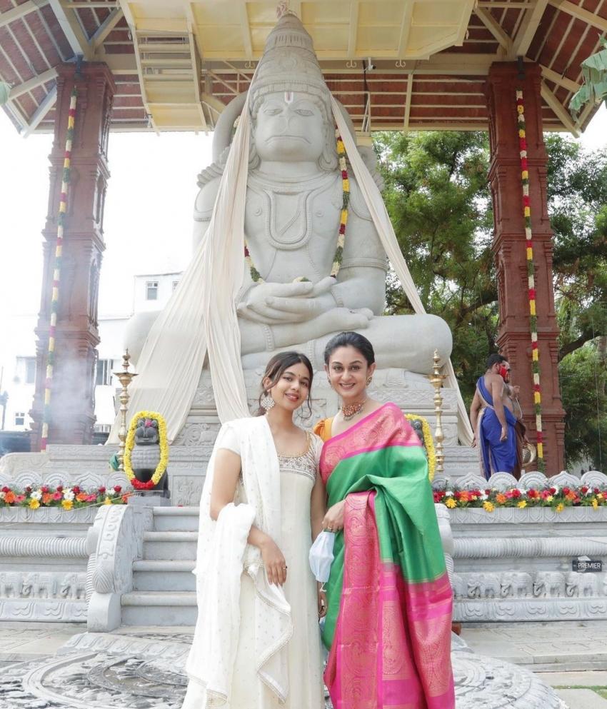 பார்த்து பார்த்து கட்டிய ஆஞ்சநேயர் கோவில்.. குடும்பத்துடன் கும்பாபிஷேகத்தில் பங்கேற்ற அர்ஜூன்!