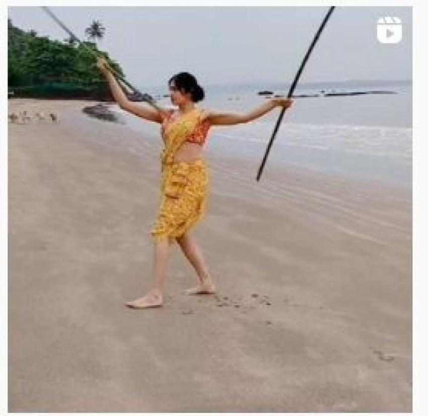 ஸ்கர்ட்டுக்கு இப்படி ஒரு டாப்பா? ஸ்ட்ராப்லெஸ் ஜாக்கெட்டில் தலைசுற்ற வைக்கும் நடிகை!