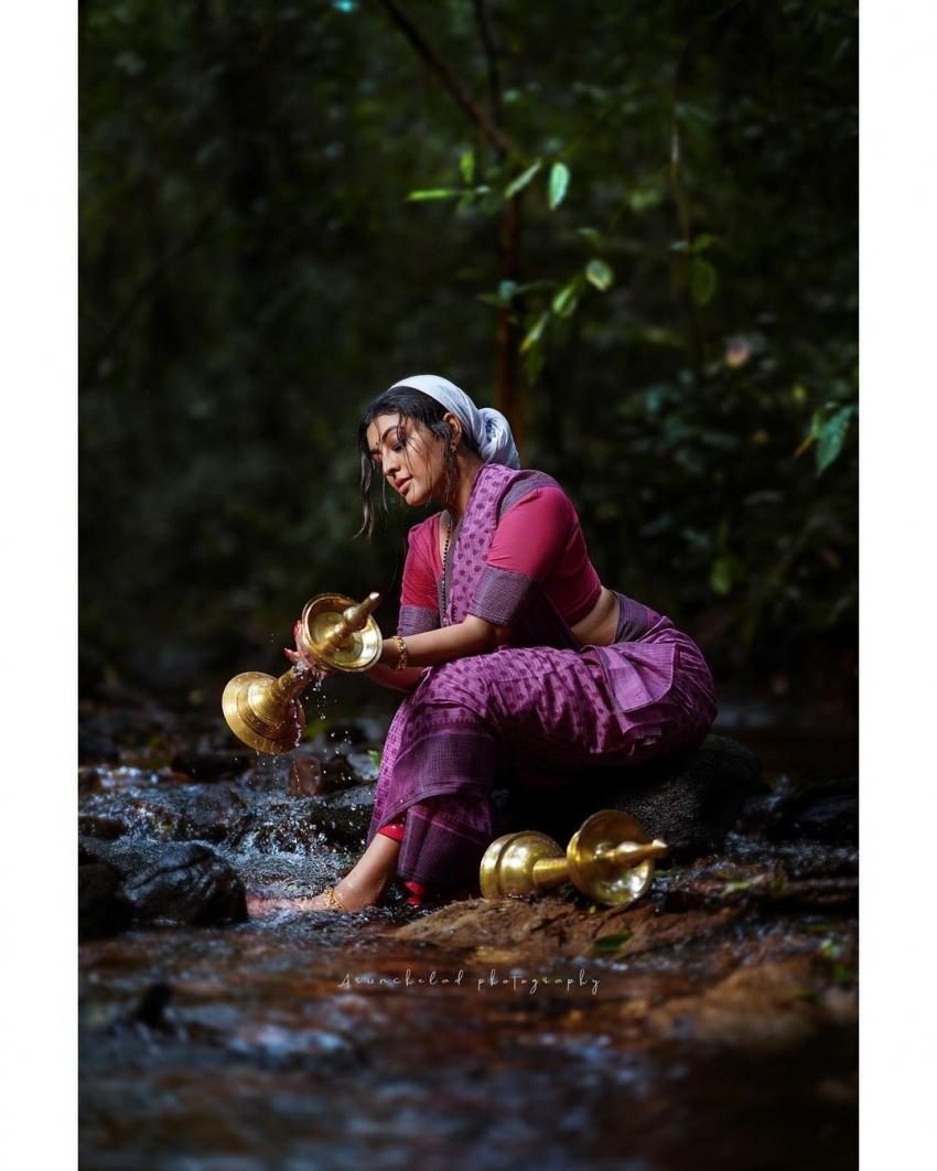 ഈറനണിഞ്ഞ്, സാരി മാടിക്കുത്തി ദുര്ഗ; ചിത്രങ്ങള് കാണാം