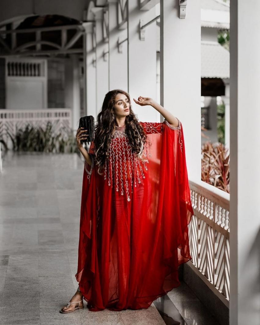 ബിഗ് ബോസ് താരം എയ്ഞ്ചലിന്റെ കിടിലന് ഫോട്ടോഷൂട്ട് വൈറല്, കാണാം