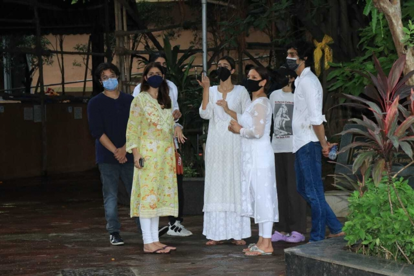 Chunky Panday Mother Snehlata Pandey Last Rites In Bandra Photos