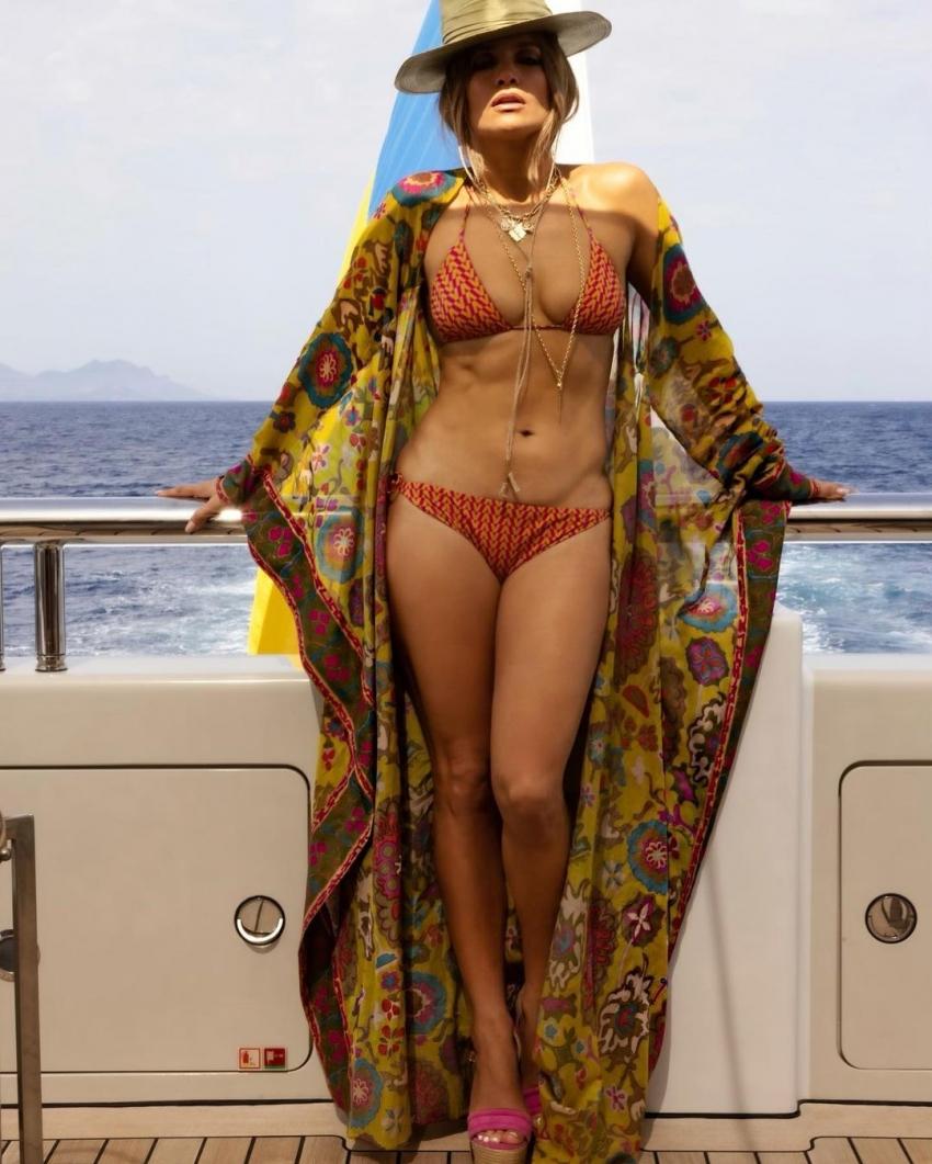 Jennifer Lopez birthday Photos.. ప్రియుడితో ఘాటుగా లిప్లాక్.. 52 ఏళ్ల వయసులో బికినీలో అందాల వడ్డిస్తున్న బ్యూటీ