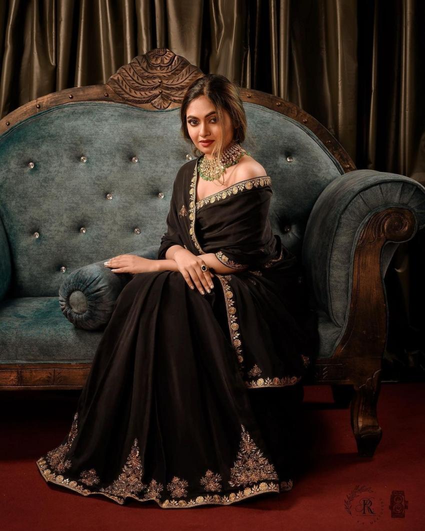 കറുപ്പ് സാരിയില് ഒരു പെയിന്റിംഗ് പോലെ സുന്ദരിയായി ഷാലിന്  സോയ; സുന്ദര ചിത്രങ്ങള്