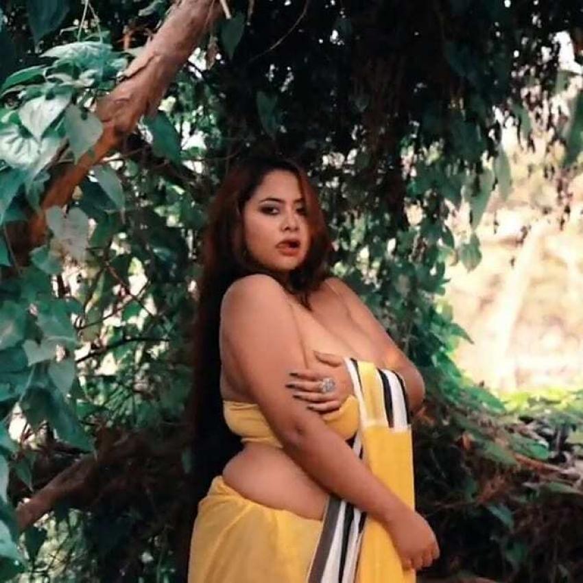 Parna Sizzling Hot Photos