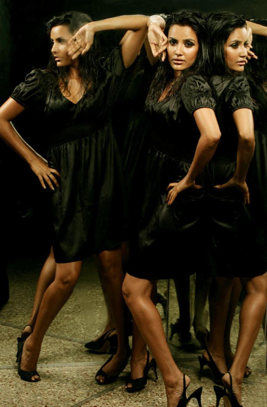നീലയിൽ ഗ്ലാമറസ്  സ്റ്റൈലിൽ പ്രിയ ആനന്ദ്, ചിത്രം നോക്കൂ