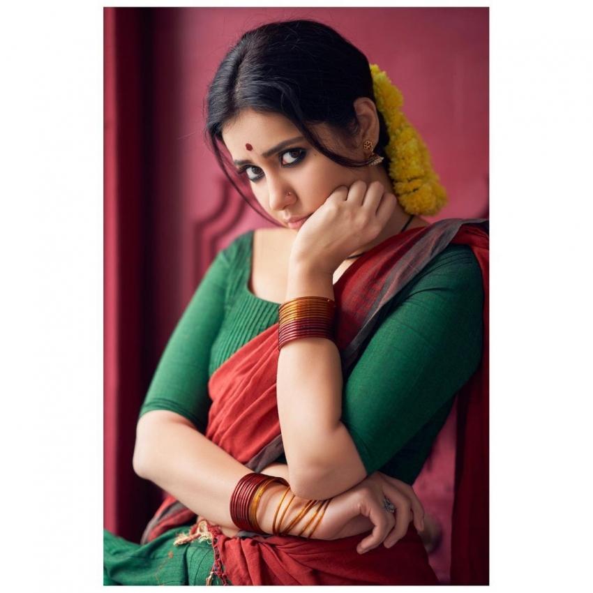 Raashi Khanna క్లీవేజ్ షోతో అదుర్స్.. బికినీ టాప్లో అందాలు వడ్డించిన భామ