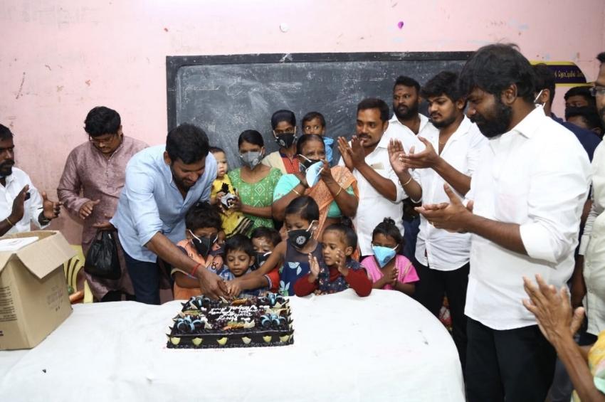 44வது பிறந்த நாளை ஆதரவற்றோர் இல்லத்தில் கொண்டாடிய விஷால்!