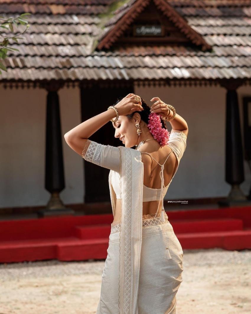 വെള്ള സാരിയും തലയില് പൂവും; അതിസുന്ദരിയായി അഞ്ജു കുര്യന്