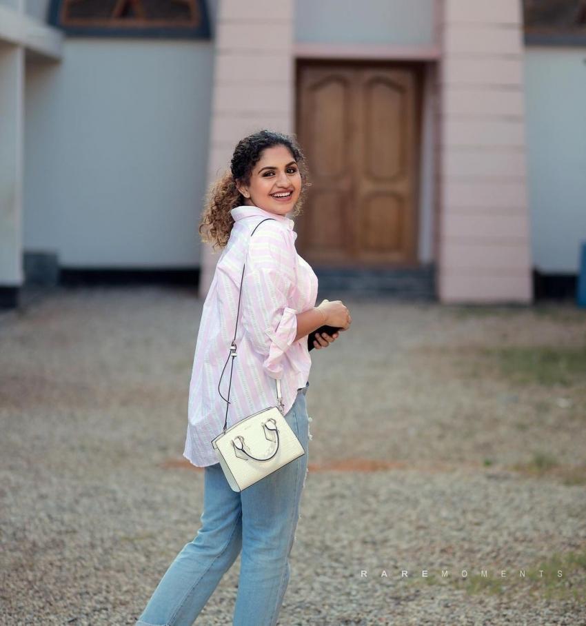 അഡാറ് ലവ് നായികയുടെ പുതിയ ലുക്ക് പൊളിച്ചു, നൂറിന് ഷെരീഫിന്റെ ചിത്രങ്ങള് കാണാം