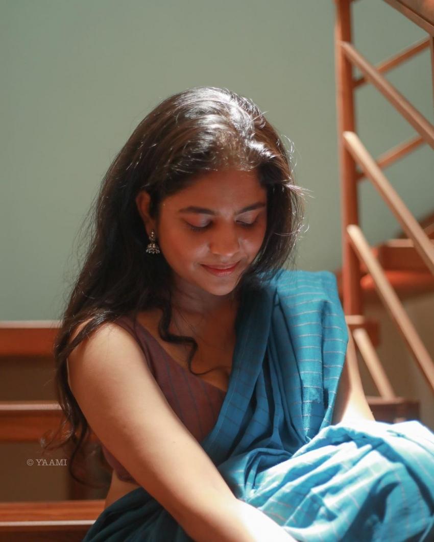 സാരിയിൽ സ്റ്റൈലൻ ലുക്കിൽ ശ്രിന്ദ, ചിത്രം കാണാം