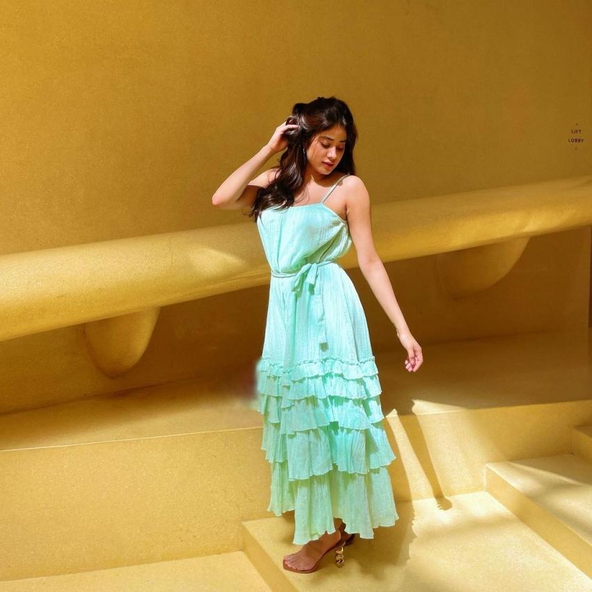 Janhvi Kapoor బ్యాక్లెస్ డ్రెస్లో కిల్లర్ లుక్స్.. నెవర్ బిఫోర్ హాట్ ట్రీట్