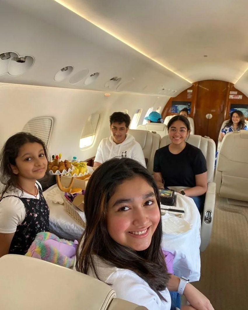 Mahesh Babu's Goa Trip Photos: సితార, మంజుల, వంశీ పైడిపల్లి హంగామా.. జెట్ విమానంలో ఫోటోలు వైరల్