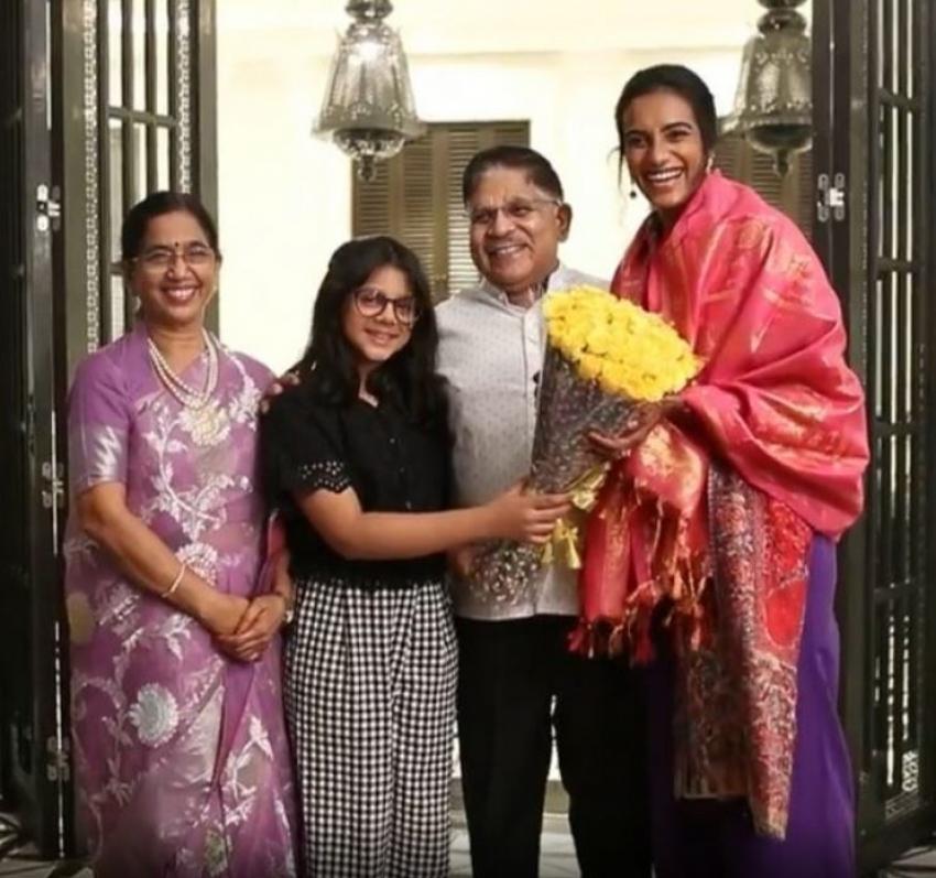 చిరంజీవి ఇంట్లో పీవీ సింధు సందడి: సినీ స్టార్స్ ముందే ఆమెకు అరుదైన కానుక