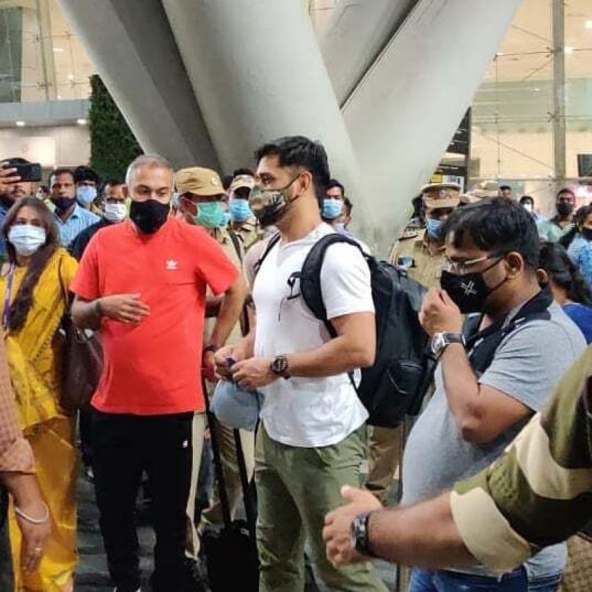 MS Dhoni తో ఇళయదళపతి విజయ్... సోషల్ మీడియాలో కిరాక్ పుట్టిస్తున్న ఫోటోలు