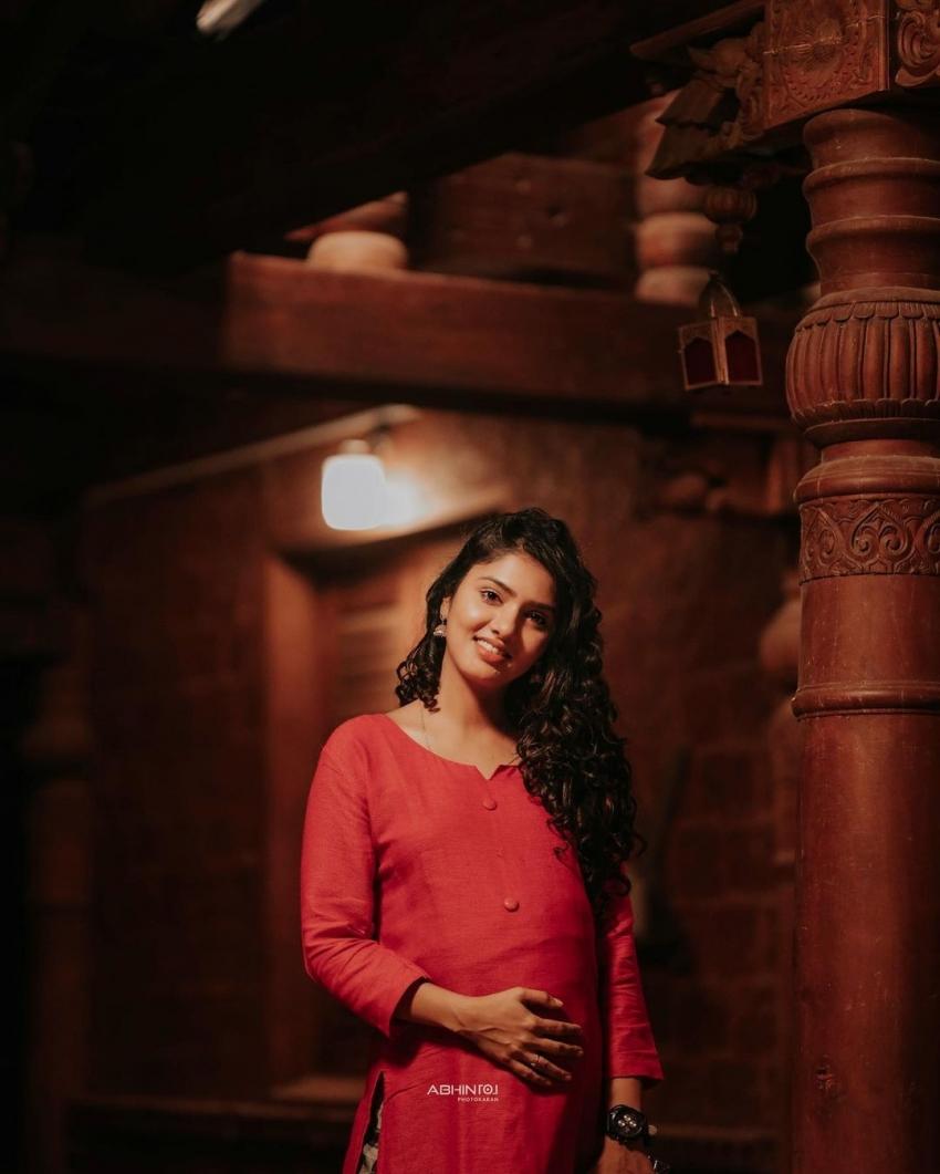 ഗർഭിണിയായി ഗായത്രി സുരേഷ്; എസ്കേപ്പിലെ മേക്കോവറിന് കയ്യടിച്ച് ആരാധകർ