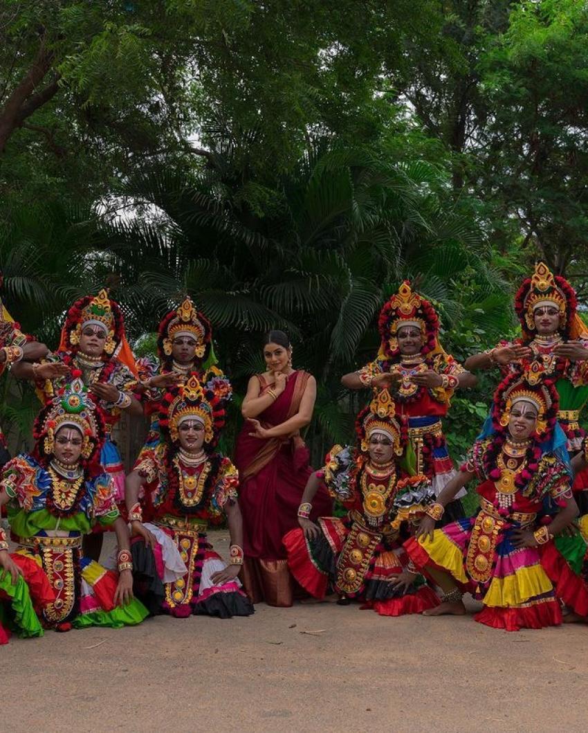 பாரம்பரிய நடன கலைஞர்களுடன் பூர்ணாவின் அசத்தல் ஃபோட்டோஷுட்