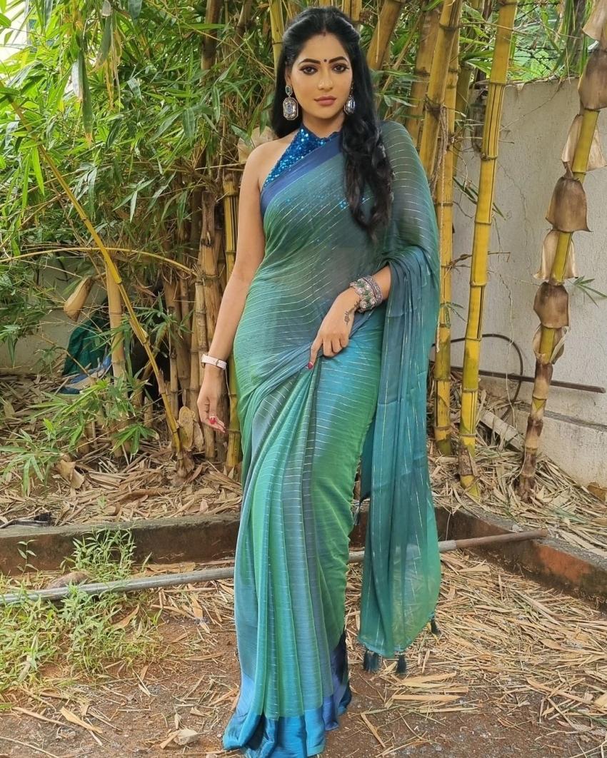 பியானோ பக்கத்தில் பளிச்சென இருக்கும் ரேஷ்மா.. எல்லாமே அழகா இருக்கே!