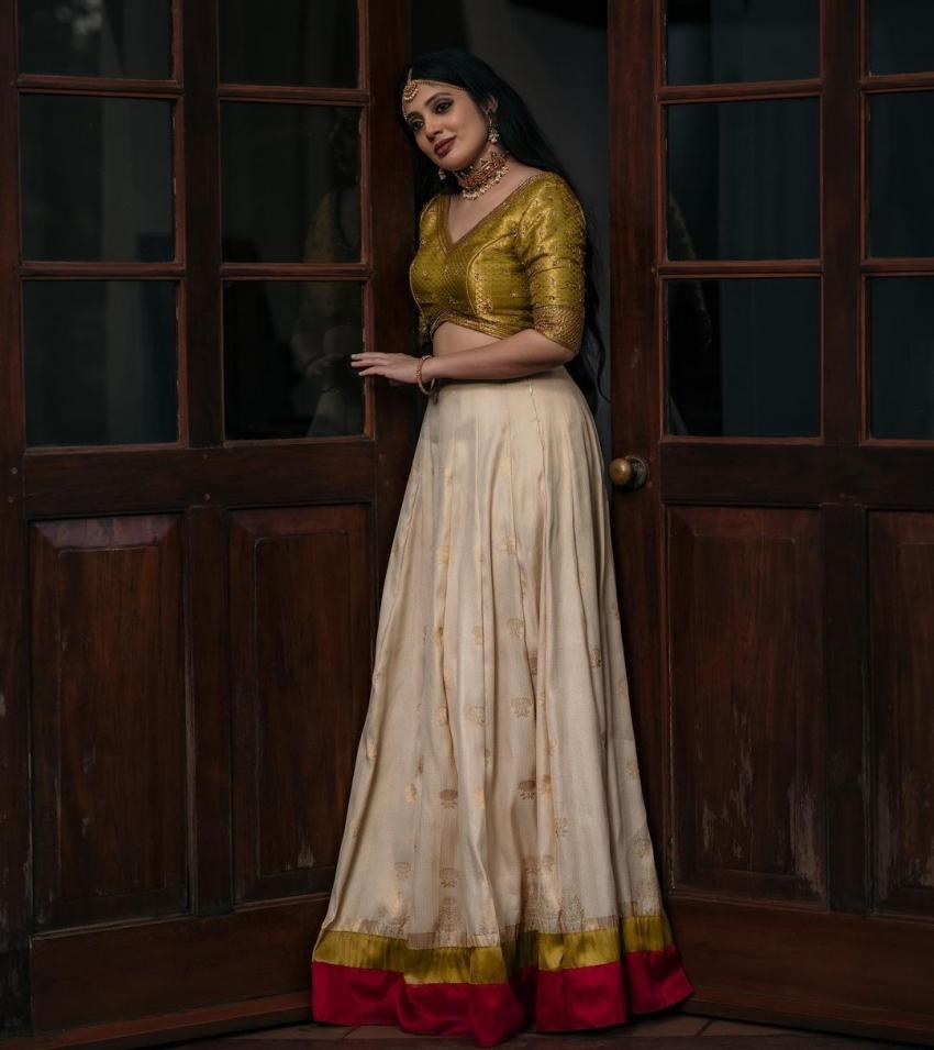 ഗ്ലാമറസ് ചിത്രങ്ങളുമായി ആസിഫ് അലിയുടെ നായിക, വീണ നന്ദകുമാറിന്റെ ചിത്രങ്ങള്