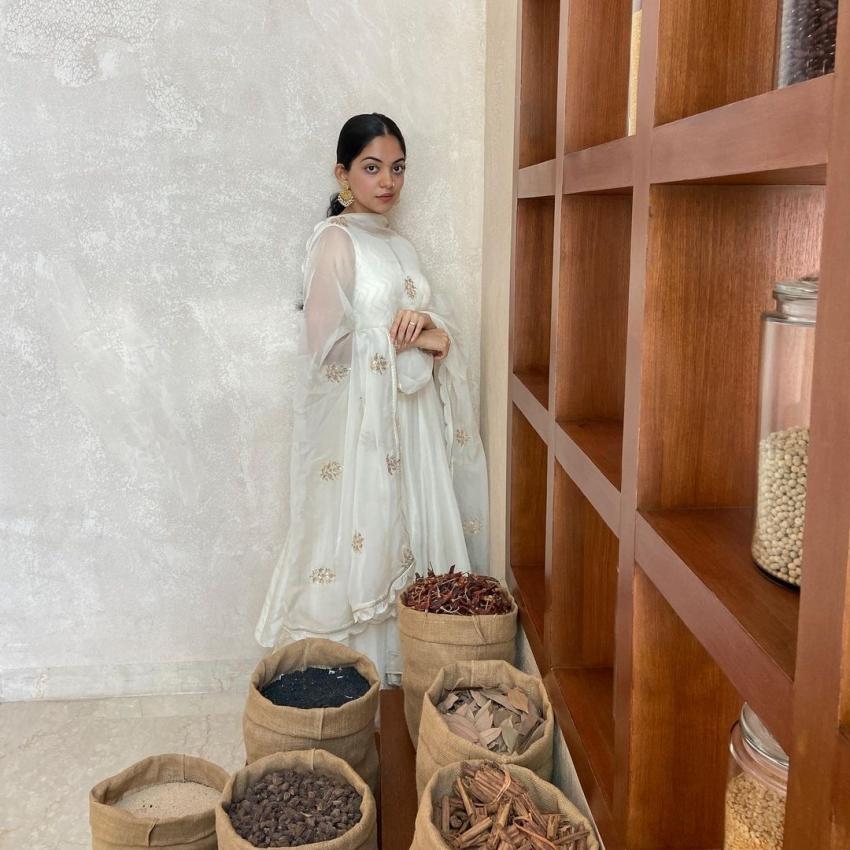 പുത്തൻ ലുക്കിൽ അതീവ സുന്ദരിയായി അഹാന , ചിത്രങ്ങൾ വൈറൽ