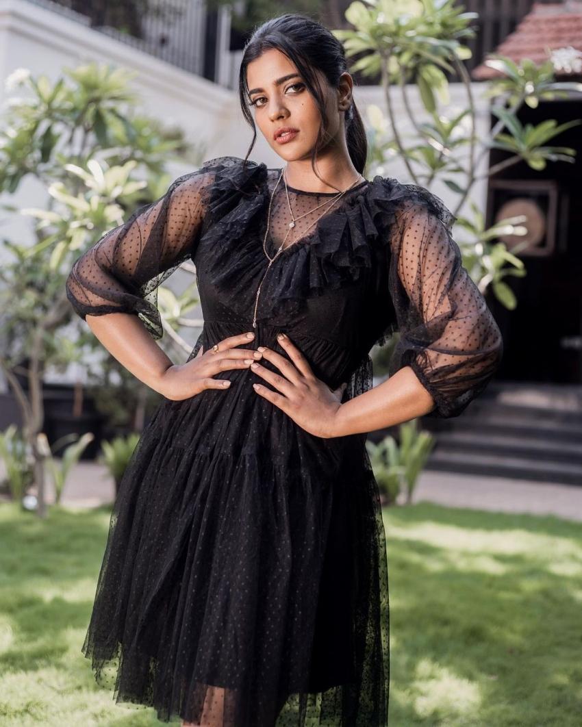 பிளக் கவுனில் லுக்கு விட்ட ஐஸ்வர்யா ராஜேஷ்... வைரல் போட்டோஸ்!