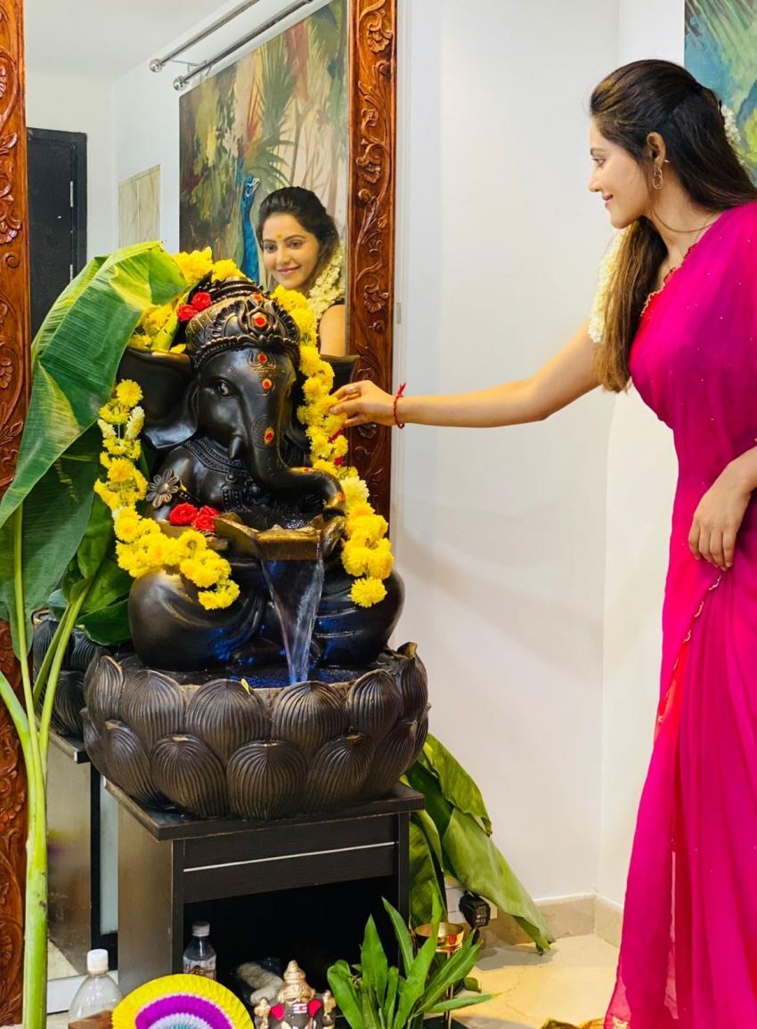 விநாயகர் சதுர்த்திக்கு பயபக்தியுடன் சாமி கும்மிட்ட அதுல்யா...வைரல் போட்டோஸ்!