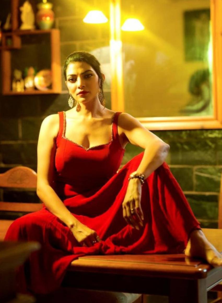 Bigg Boss 5 Contestant Lahari Shari's Sizzling Social Media Pictures Are Unmissable! Photos