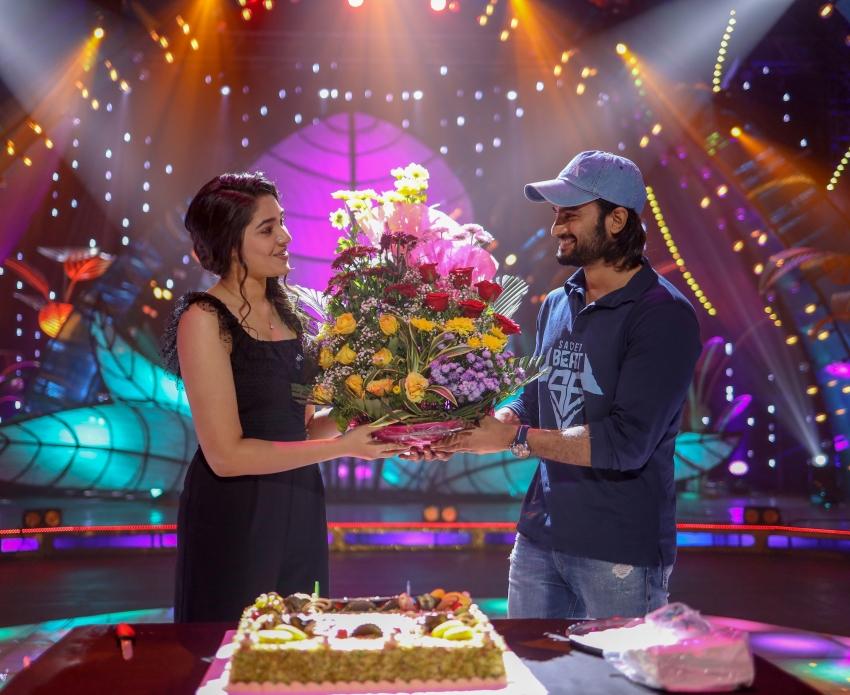 Krithi Shetty Birthday Celebrations held at Aa Ammayi Gurinchi Meekucheppali Movie Sets Photos