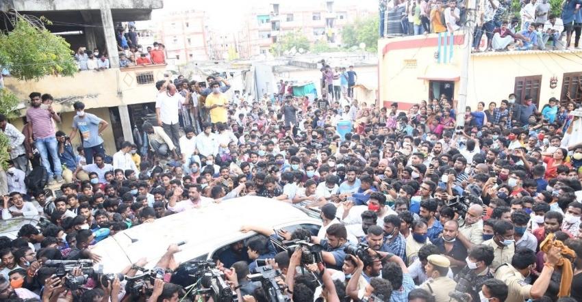 Pawan Kalyan చైత్ర కుటుంబానికి జనసేన అధినేత పరామర్శ.. గుండెలకు హత్తుకొని ఎమోషనల్ (ఫోటోలు)