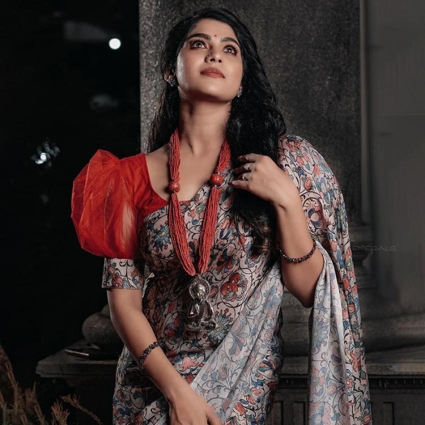 സാരിയിൽ  സ്റ്റൈലൻ ലുക്കിൽ സ്വാസിക, പുതിയ ചിത്രം വൈറലാവുന്നു