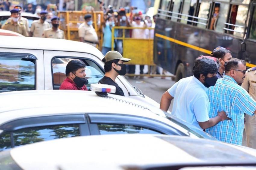 शाहरूख खान के बेटे आर्यन खान ड्रग्स केस में गिरफ्तार