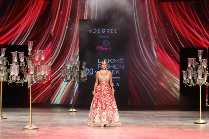 लैक्मे फैशन वीक में दुलहन बनीं मलाईका अरोड़ा, देखिए तस्वीरें