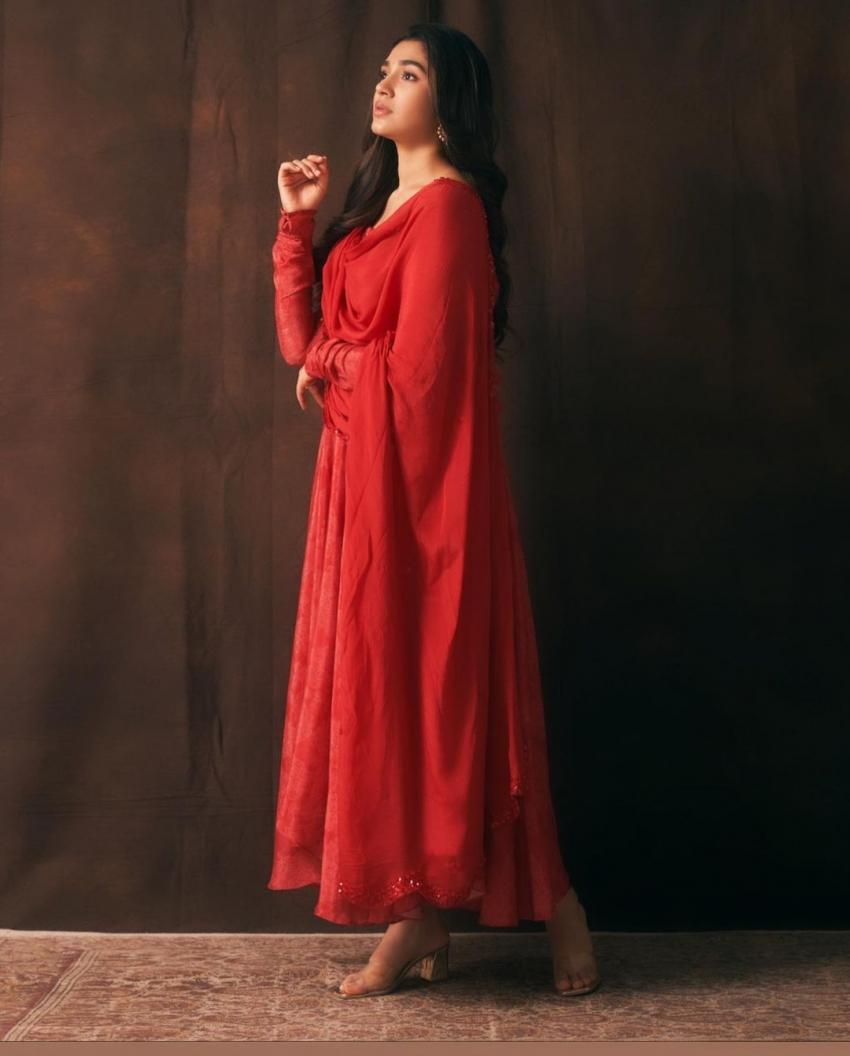 ചുവപ്പിൽ കൂടുതൽ സുന്ദരിയായി  കൃതി ഷെട്ടി, ചിത്രം കാണാം