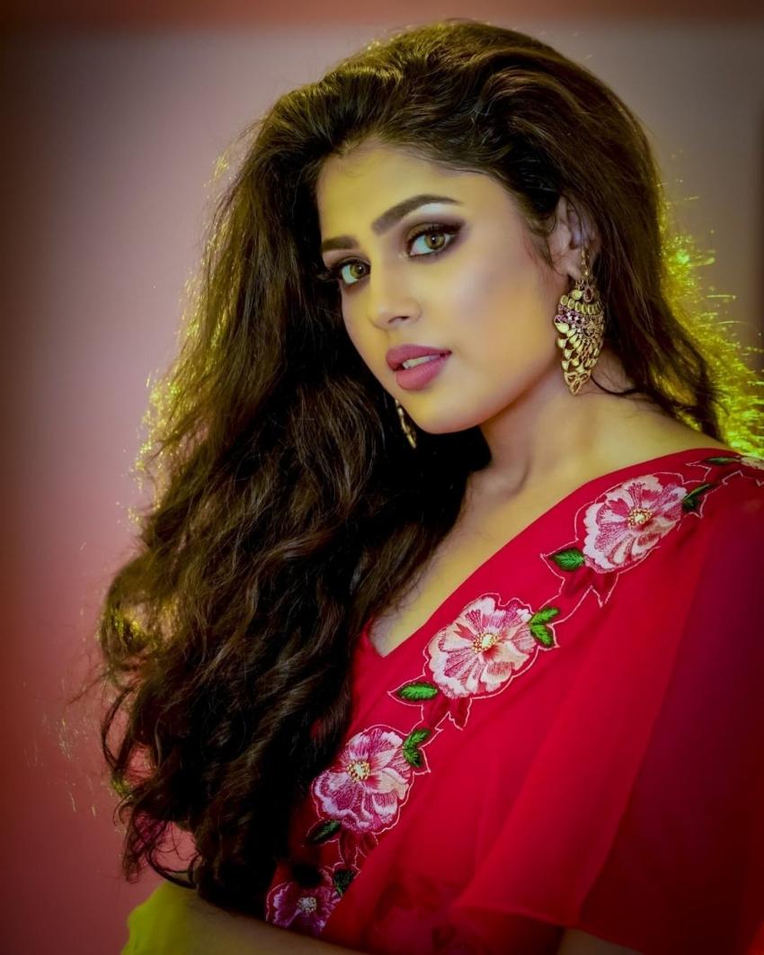 Faria Abdullah : ఎర్ర చీరలో మెరిసిపోతున్న చిట్టి.. క్యూట్ అండ్ హాట్ ఫోటోలు!