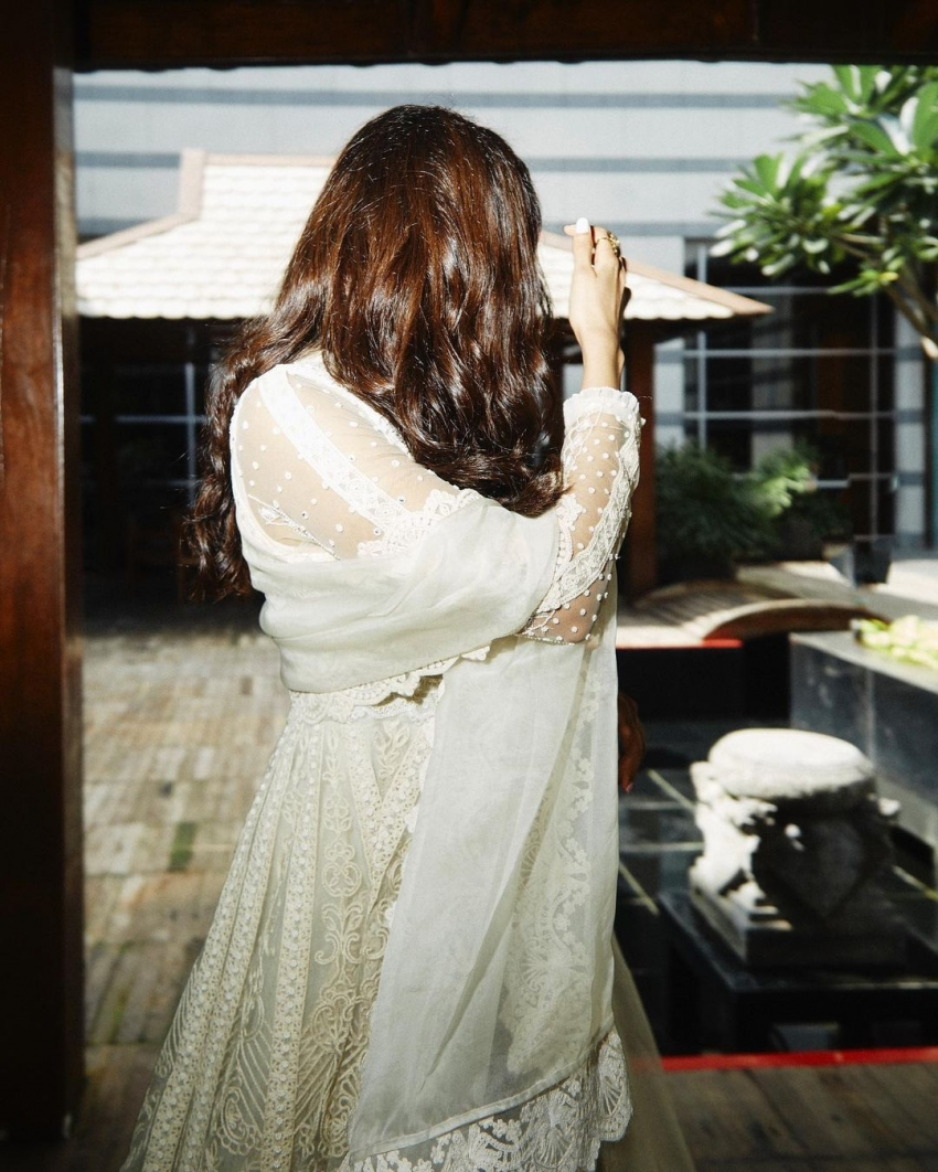 വെള്ളയഴകിൽ താരപുത്രി, കല്യാണി പ്രിയദർശൻ്റെ ക്യൂട്ട് ലുക്കിലുള്ള ചിത്രങ്ങൾ കാണാം