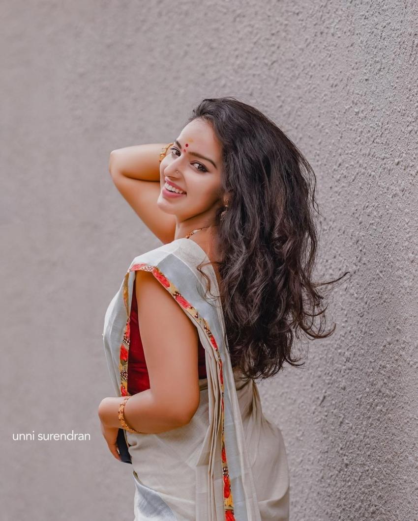 സാരിയിൽ  സ്റ്റൈലൻ ലുക്കിൽ മാളവിക മേനോൻ, ചിത്രം  കാണു