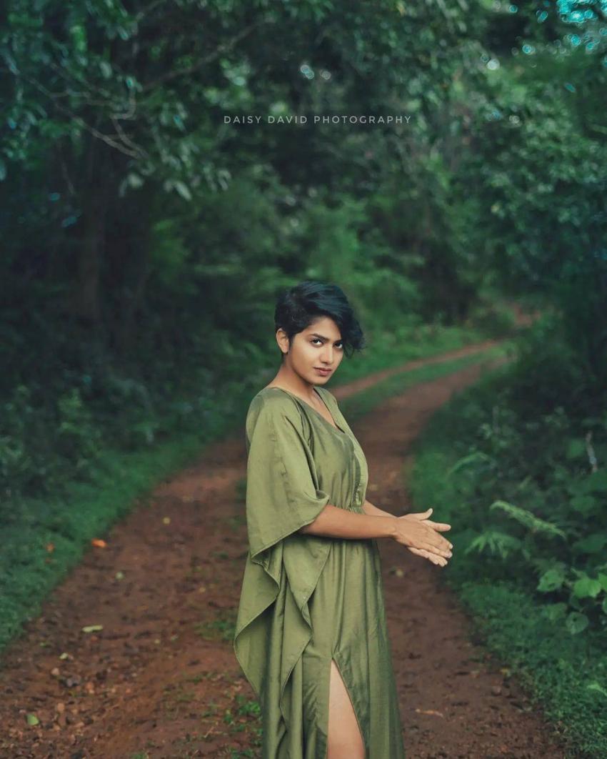 വീണ്ടും ഗ്ലാമറായല്ലോ, അനാർക്കലി മരിക്കാരുടെ പുത്തൻ ചിത്രങ്ങളിതാ