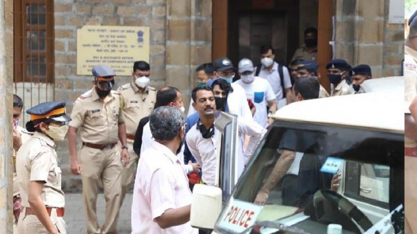 ड्रग केस: आर्यन खान को कोर्ट ले जा रही NCB- तस्वीरें