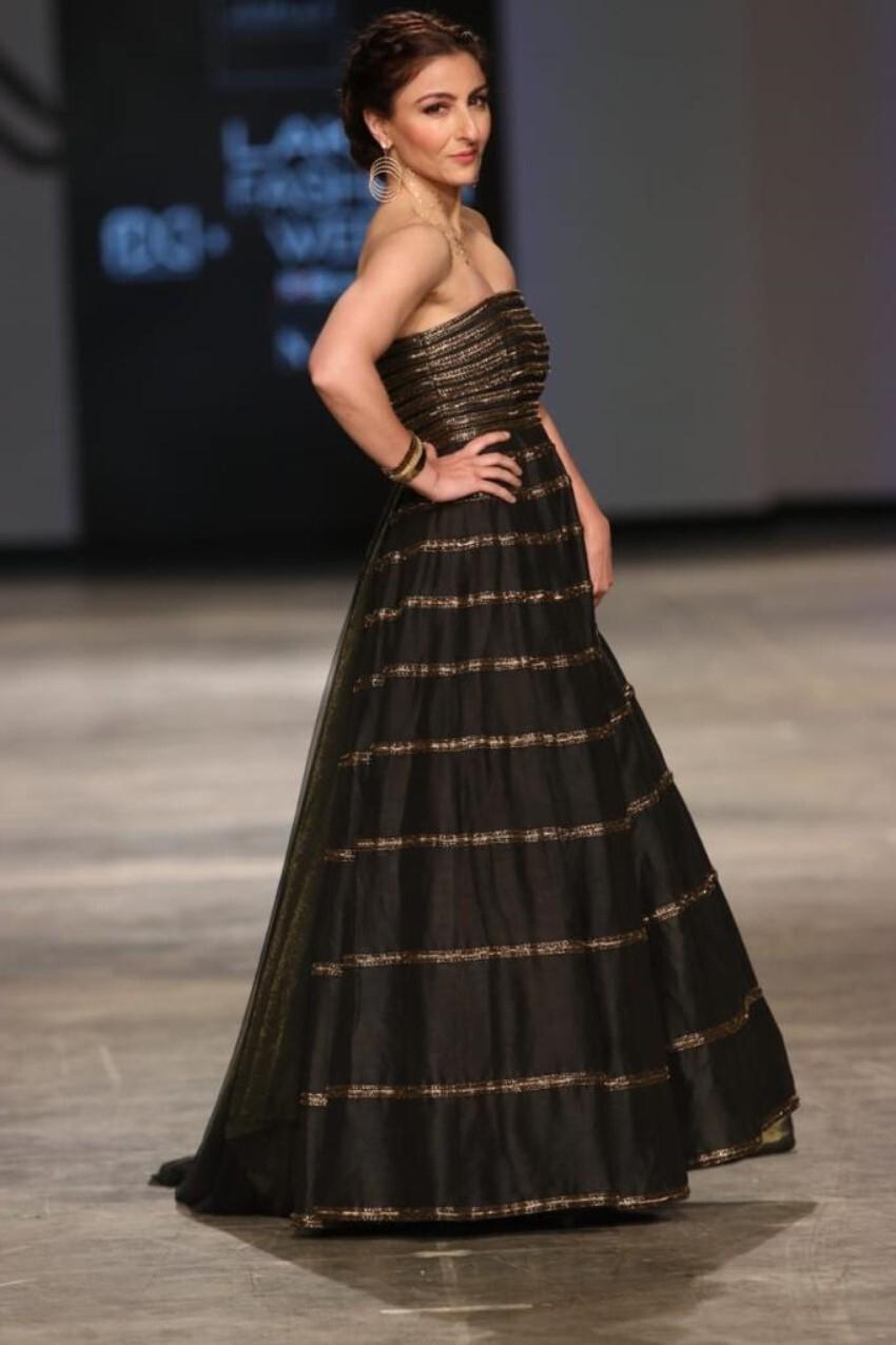 Soha Ali Khan walk the ramp at Lakme Fashion Week 2021 Photos