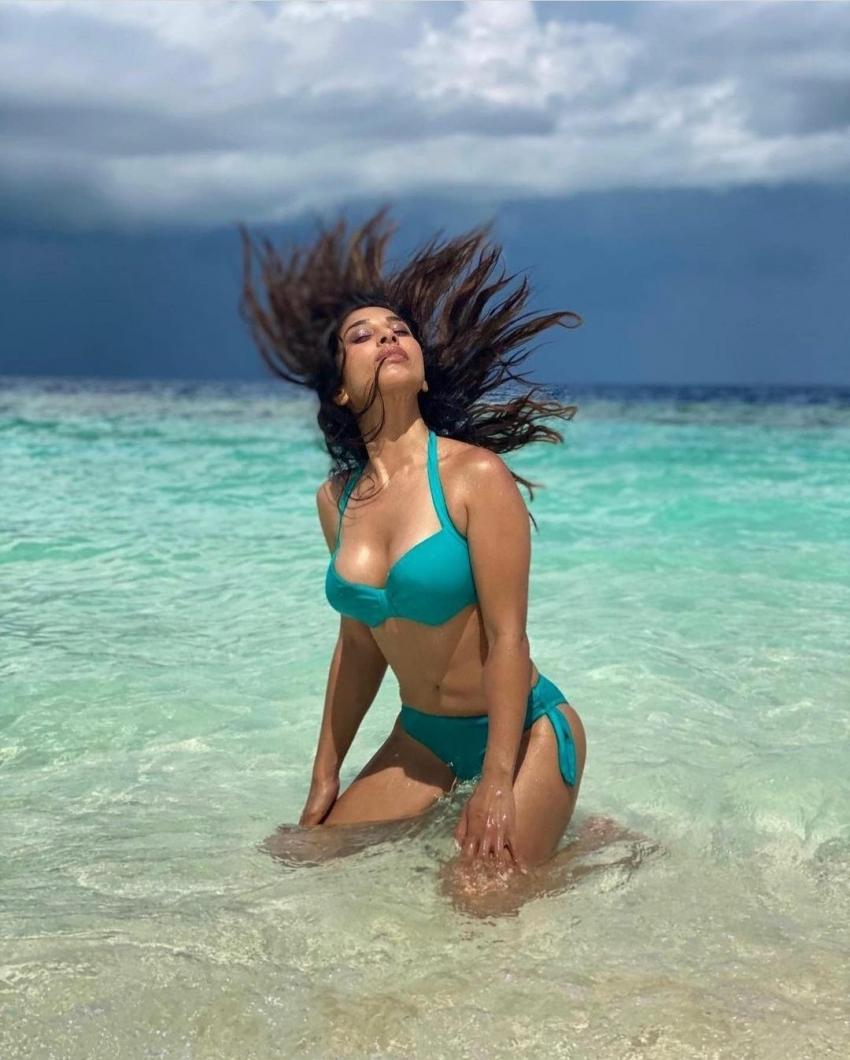 Sophie Choudry Flaunts Bikini Body In Maldives Photos