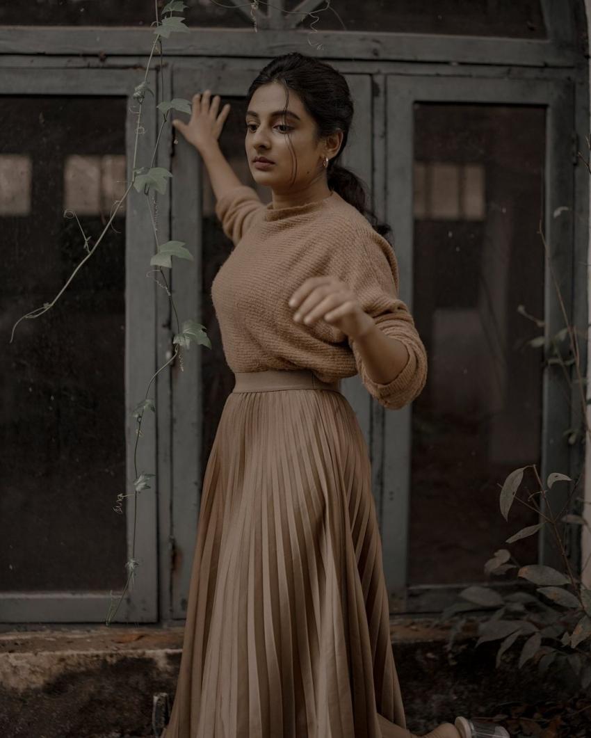കിടിലന് ലുക്കില് യുവനടി എസ്തര്; താരസുന്ദരിയുടെ പുത്തന് ചിത്രങ്ങള്