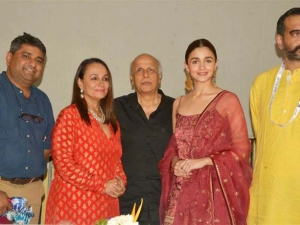 Alia Bhatt With Family At Kolkata Film Festival 2018