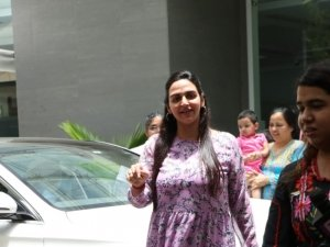 Esha Deol snapped with her new born baby at Hinduja Hospital in Mumbai