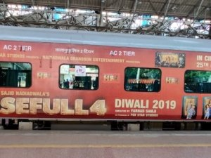 Akshay Kumar, Kriti Sanon, Pooja Hegde and others Promote 'Housefull 4' in Special Train