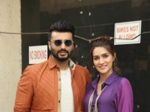 Arjun Kapoor and Kriti Sanon Snapped Promoting Film 'Panipat' In Mumbai