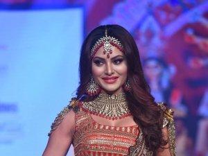 Urvashi Rautela Showstopper At Bombay Times Fashion Week 2020