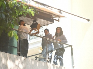 Kareena Kapoor and Karishma Kapoor Spotted in their balcony