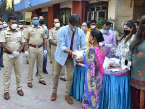 Vivek Oberoi Distributed groceries to needy people