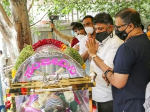 Celebs Pay Last Rspect To Actress Jayanthi